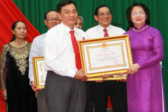 Lãnh đạo công ty nhận Huân chương lao động hạng II